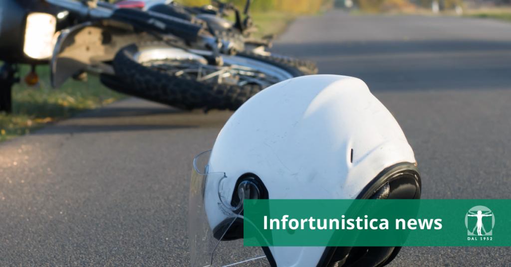 Moto incidentata e casco protettivo a terra, Infortunistica Tossani