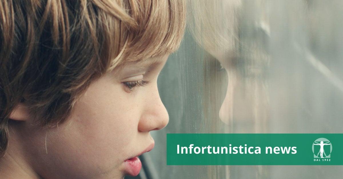Bambino guarda fuori dalla finestra, Infortunistica Tossani